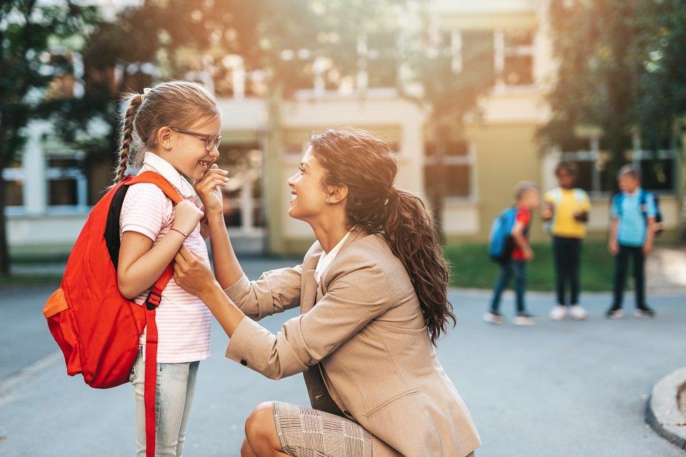 mutter redet kind nach schulwechsel gut zu