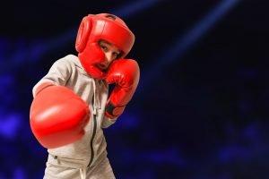 Kind mit Schutzausrüstung beim Boxen