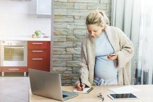 schnwangere frau arbeitet zu hause am laptop