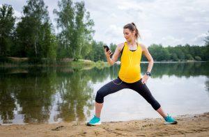 eine schwangere frau beim sport