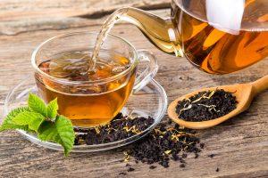 schwarzer tee in einer glastasse