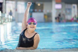 übergewichtiges Kind beim Schwimmen