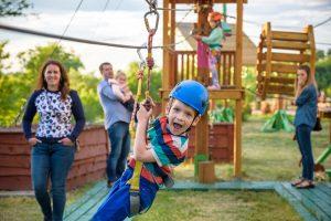 Kind hängt an einer Seilbahn