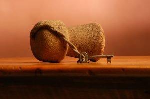 ein schluessel an einem sektkorken