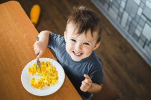 Kind isst mit einer Gabel
