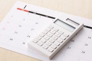 Kalender und Taschenrechner auf Tisch