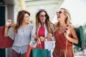 freundinnen gehen zusammen shoppen