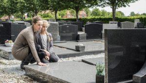 Mutter und Tochter am Grab