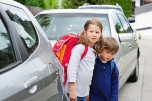 kinder auf ihrem weg zur schule