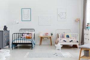 minimalistisch eingerichtetes geschwisterzimmer