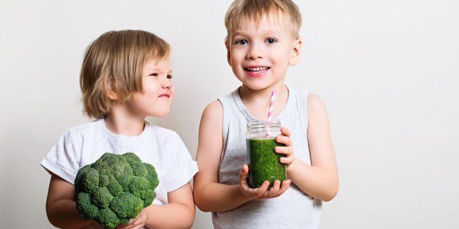 kinder mit Brokkoli und smoothie in der hand
