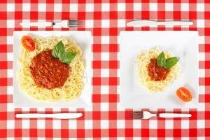 unterschiedlich große Spaghetti-Portionen