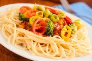 Spaghetti mit Gemüse auf einem Teller
