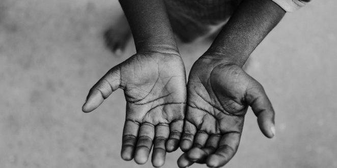 kinder mit offenen händen bittet um hilfe