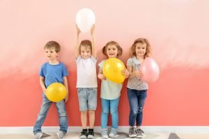 kinder mit luftballons in den haenden