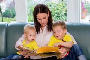 Mutter liest Kindern vor