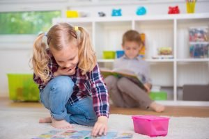 Kind lernt Konzentration mit Memory