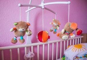 spieluhr ueber einem babybett