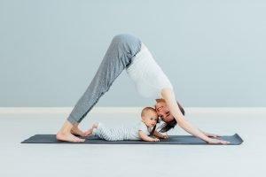 eine mutter macht sport mit ihrem baby
