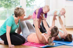 frauen mit ihren babys in einem gymnastikkurs