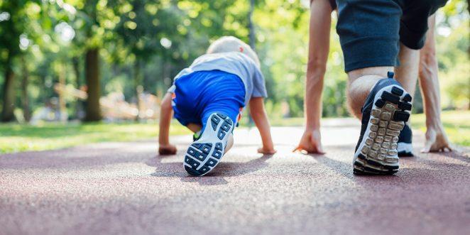 Vater und Kind machen sich bereit für ein Wettrennen