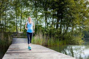 schwangere frau beim joggen