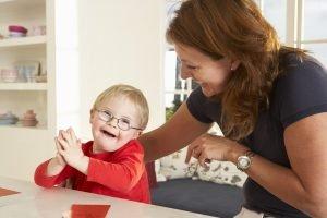 Kind mit Angelman-Syndrom bei einer Logopädin