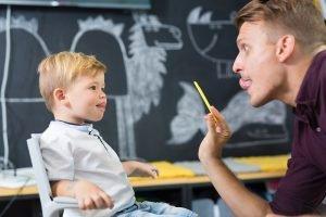 Lehrer übt Sprache mit Kind