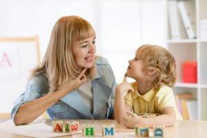 Kind übt mit Mutter richtig zu sprechen