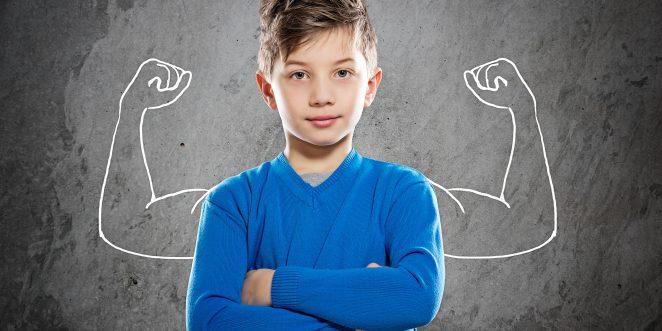 selbstsicheres Kind steht an der Tafel