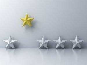 vier graue und ein gelber Stern