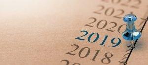 Zeitleiste mit Jahreszahlen und einer Pinnwandnadel auf dem Jahr 2019