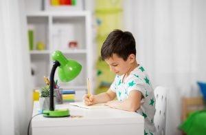 Kind sitzt am Schreibtisch