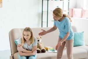 Mutter schreit ihre Tochter an