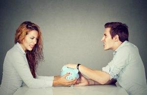 Streit zwischen Mann und Frau um Geld