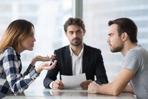 streitendes Paar mit Anwalt in der Mitte