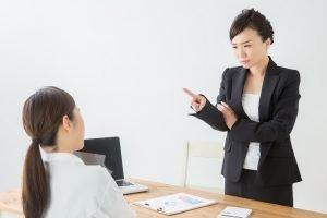 eine strenge lehrerin tadelt eine schuelerin