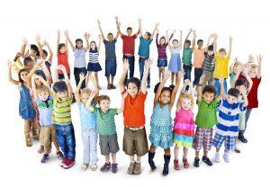 Kinder stehen in einem großen Kreis