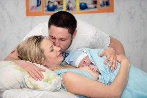 glueckliche eltern mit ihrem neugeborenen baby
