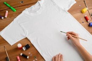 Kind bemalt ein T-Shirt