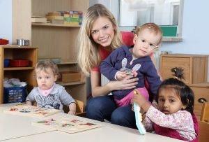 Tagesmutter mit drei Kindern
