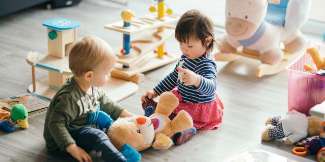 Kinder spielen auf Boden