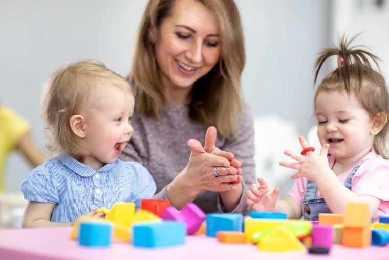 Welche Steuern und buchhalterischen Aufgaben fallen für Tagesmütter und Tagesväter an?