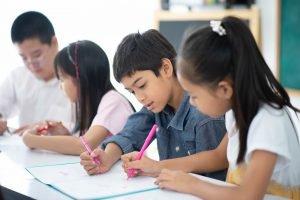 Schüler lösen zusammen ein Quiz