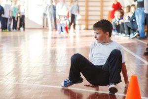 Kind bei einem Sportspiel in einer Turnhalle