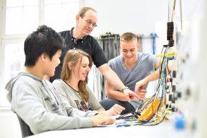 Jugendliche bei einer technischen Berufsausbildung