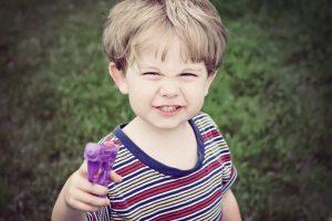 kleiner Junge mit einer Spielzeugpistole