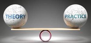zwei weltkugeln auf einer wippe symbolisieren theorie und praxis
