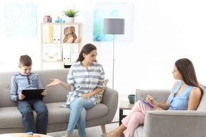 Therapiesitzung mit einer Mutter und Ihrem computersüchtigen Kind