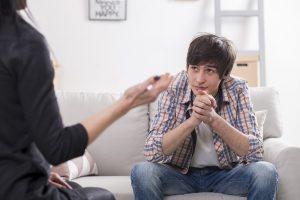 Kind sitzt bei einer Psychologin